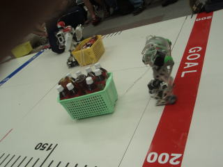 ペットボトルを軽々運ぶロボット